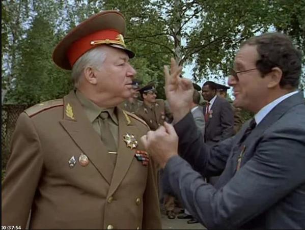 """Кадр из фильма""""На Дерибасовской хорошая погода, на Брайтон-бич опять идут дожди"""", Россия, 1992 г."""