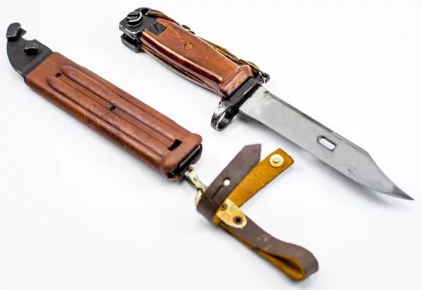 Штык-нож. Репродукция с плаката СССР