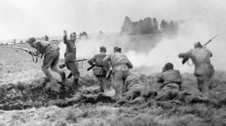 «В атаку!», снимок военкора В.Суходольского, СССР, 1944 г.